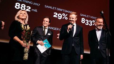 Randi Herre Eide (fra venstre), Erlend Eide og Sondre Eide i Eide Fjordbruk er kåret til årets gasellebedrift, og mottok prisen fra DN-redaktør Amund Djuve onsdag.