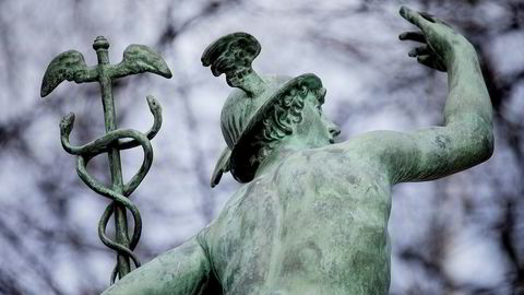 Merkur-skulpturen utenfor Oslo Børs.