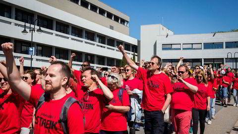 NRK-journalistene demonstrerer mot streikebryteri på Marienlyst under streiken i mai. Foto: Heiko Junge / NTB scanpix