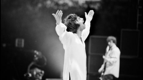 Liam Gallagher, frontfigur i Oasis, ble kjent for sin utagerende oppførsel på og utenfor scenen. Foto: Jill Furmanovsky/Norsk Filmdistribusjon/Filmweb