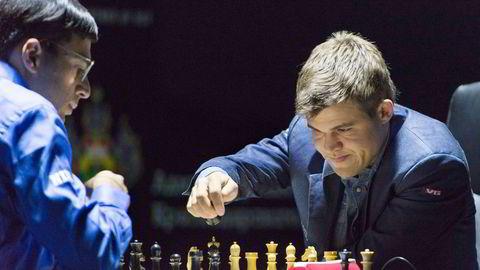 Magnus Carlsens i kamp mot Vishwanathan Anand søndag under det andre partiet i VM-kampen.