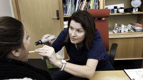 Kari Sollien, leder i Allmennlegeforenigen mener foreldre og elever må kunne attestere egen sykdom. Arkivbilde: Per Ståle Lundhagen
