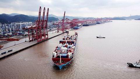 Et containerskip er på vei ut fra havnen i Ningbo-Zhoushan. Nye tall fra Kina viser at eksportveksten i november var den laveste på åtte måneder.