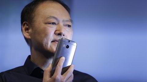 Peter Chou, gunnlegger og frem til nå toppsjef i HTC.  (AP Photo/Mark Lennihan)