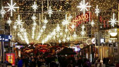 Nordmenn handlet friskt også i årets julehandel, som her fra Torggata i Oslo.
