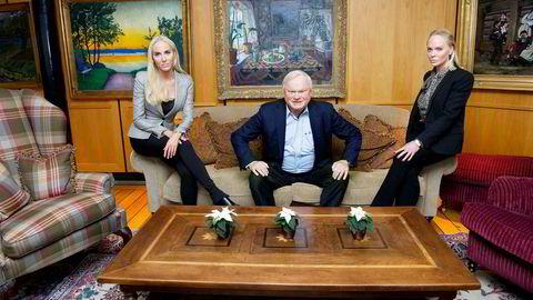 John Fredriksen fylte 75 år i mai. Selv om han er over pensjonsalder har han god helse, og vil fortsette med shipping privat. Her med døtrene Cecilie (til venstre) og Kathrine.