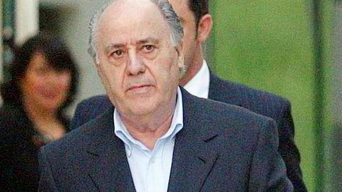 Amancio Ortega i 2004 på en av fabrikkene til Inditex. Nå er han verdens rikeste.