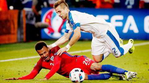 England og Dele Alli (under) fant ikke veien til nettmaskene mot Slovakia og Peter Pekarik i EM-kampen mandag kveld. Det kan være godt nytt for EU-tilhengerne i Storbritannia.                      Foto: Francois Mori/AP/NTB Scanpix