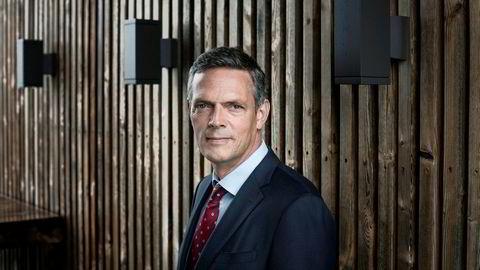 Oljeprisen fortsetter å falle mandag. Råvareanalytiker Bjarne Schieldrop i SEB mener negative krefter fortsetter å trekke på begge sider av ligningen.