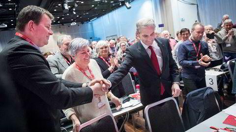«Ta hverandre i handa og hold,» heter det i den gamle arbeidersangen. Her demonstrert av LO-leder Hans-Christian Gabrielsen og Arbeiderparti-leder Jonas Gahr Støre under LO-kongressen. Avtroppende LO-leder Gerd Kristiansen står mellom dem.