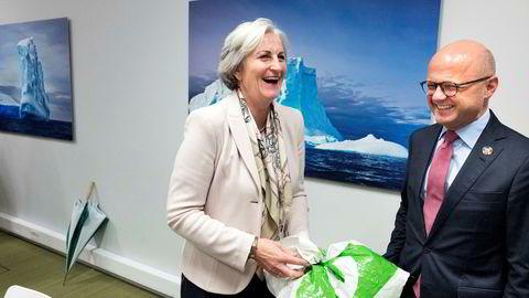50 øre per pose til fond som skal ta ned posebruk og plastforurensning. Statsråd Vidar Helgesen og direktør i Virke Vibeke Hammer Madsen er enige, og regjeringen slipper å ta avgifts-støyten selv.