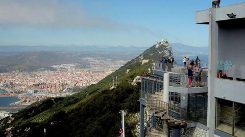 Turister står på et utsiktspunkt over klippen som utgjør landemerket i Gibraltar.