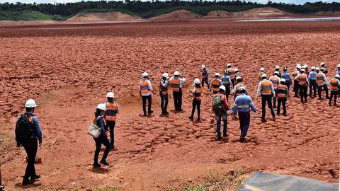 Hydro har i nesten ett år jobbet for å kunne gå tilbake til full produksjon i Brasil. Deponikatastrofen til brasilianske Vale har på ny gjort politikere bekymret for brasilianske deponier, og onsdag inviterte Hydro brasilianske politikere til å sette sine føtter på et avfallsdeponi med tørkebehandlet avfall i Paragominas.