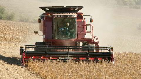 En bonde høster soyabønner i Nebraska i USA. Kina er største importør av amerikanske soyabønner.