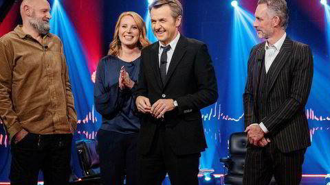Overgangen fra NRK til TV 2 er blitt tøff for Fredrik Skavlan. Her sammen med fredagens gjester, Erlend Loe (fra venstre), Annie Lööf og Jordan Peterson.