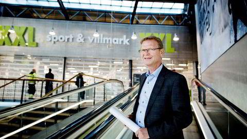 XXL-sjef Fredrik Steenbuch fastholder at det ikke er overfylte varelagre som gjør at XXL nå etablerer tre outlets.