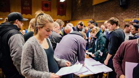 Høygravide Mia Jacobsen leser oppsigelsesbrevet hun snart skal undertegne.                    Alle foto: Marius Fiskum