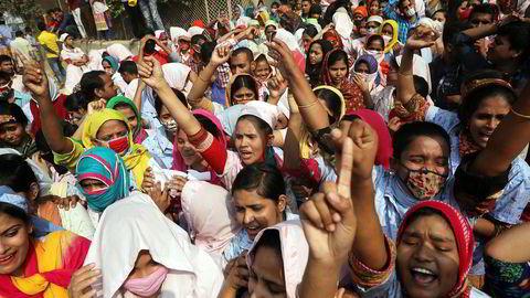 Tekstilarbeidere protesterer i gatene i Dhaka, hovedstaden i Bangladesh.