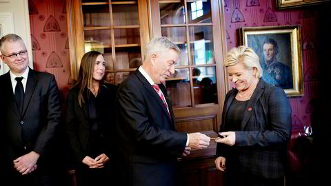 Roger Schjerva (til venstre) var statssekretær for Sigbjørn Johnsen, som her gir nøkkelkortet til den nye finansministeren, Siv Jensen, 16. oktober 2013. Avtroppende statssekretær Hilde Singsaas står ved siden av Schjerva.