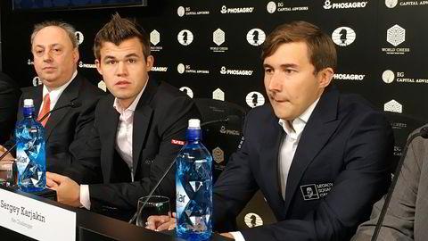 Verdensmester Magnus Carlsen (mitten) og finalemotstander Sergej Karjakin under pressekonferansen.  Michael Stanton til høyre. Foto: Bjørn Eckblad