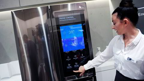 Kjøleskap med store skjermer skal vise oppskrifter og handlelister. De mest moderne bestiller varene selv fra nettbutikken. Denne LG-modellen ble demonstrert under IFA-messen. Foto: Stefanie Loos/Reuters/NTB Scanpix