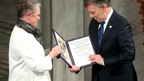 Berit Reiss-Andersen tildeler Nobels fredspris 2016 til Colombias president Juan Manuel Santos under seremonien i Oslo rådhus 10.desember ifjor.
