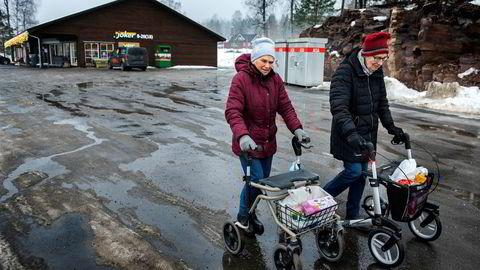 Venninnene Målfrid Moen (til venstre) og Solveig Holmedal er henrykte for Rømskogs eneste butikk og vet ikke hvordan de skulle klart seg uten.