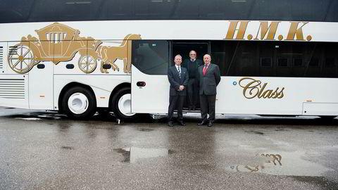 – Vi het opprinnelig H.M. Kristiansens Vognmandsforretning, sier styreleder Ola Halvorsen i midten i H.M. Kristiansens Automobilbyrå. Til venstre for ham står selskapet daglige leder Morten Stovner-Sørlie. Til høyre Stig Brataas, distriktssjef i MAN Truck & Bus Norge