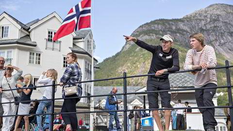 Fra venstre: Tom Remman gir sønnen svømmeråd før konkurransen.                    Familien Remman er klar for årets Norseman Xtreme Triatlon. Far Tom (44) og sønnen Marius (18) er henholdsvis eldste elitedeltager og yngste deltager i konkurransen noensinne. Foto: Aleksander Nordahl