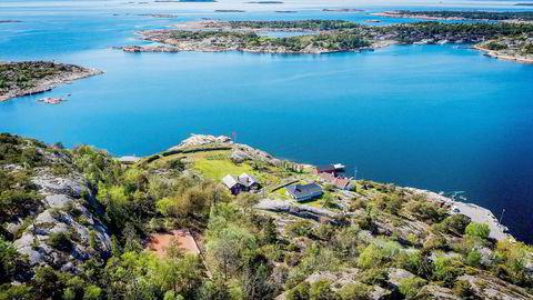 Jacob Stolt-Nielsen sikret seg Slevik Skanse på Onsøy utenfor Fredrikstad for 48 millioner kroner. Eiendommen er utstyrt med blant annet tennisbane og dypvannsbrygge. Foto: Zovenfra/Privatmegleren