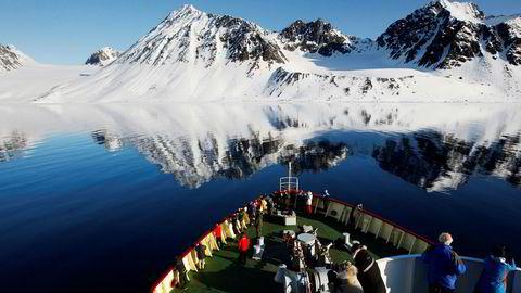 Det er økende cruisetrafikk i Barentshavet og turisme er et satsingsområde på Svalbard. Det er derfor betimelig å stille spørsmål om det er forsvarlig å tillate slik trafikk i områder hvor man ikke har mulighet til å redde folk i et stort antall. Her seiler cruiseskipet Polar Star langs Svalbards kyst.