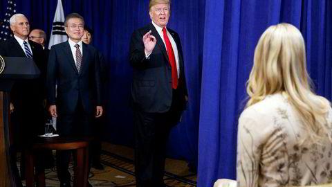 USAs president Donald Trump og Sør-Koreas president Moon Jae-in undertegnet en revidert handelsavtale i New York på mandag. Avtalen skal åpne det sørkoreanske markedet for amerikanske biler og landbruksprodukter. Helt til høyre presidentens datter og rådgiver Ivanka Trump.