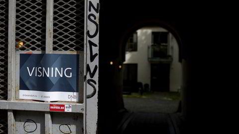 Justis- og beredskapsdepartementet vil innføre en slags «egenandelsregel» på 10.000 kroner. Hvis en bolig har én mangel ved stueparketten som krever utbedringer til 8000 kroner, og én mangel ved badet som krever utbedring til 6000 kroner, kan kjøperen kreve 4000 kroner av selger.