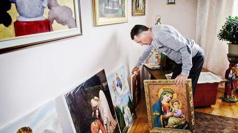 Før krisen kunne maleren Andrij Zasjadkovytsj selge 3-4 malerier i måneden til en pris av 400 dollar. Nå er han fornøyd dersom han selger ett maleri i måneden til 100