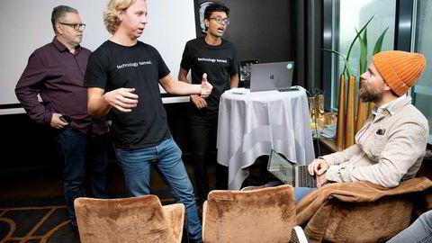 En engasjert Hold-sjef Maths Mathisen (foran stående) sammen med styreleder og medgrunnlegger Vinoth Vinaya. De to nye styremedlemmene Jonathan Durden (Phd-grunnlegger, til venstre) og Kahoot-gründer Johan Brand følger med.