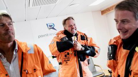 Administrerende direktør i HitecVision Ole Ertvaag, i midten, slår sammen Point Resources med Enis norske virksomhet. Her er han for første gang offshore med olje- og energiminister Terje Søviknes og plattformsjef Jarle Rydningen på Ringhorne.