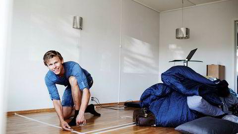 Håkon Caspari (22) har kjøpt sin første bolig i Trondheim. Han har fullt kjør resten av sommeren med oppussing i den nye leiligheten. Her taper han gulvet for å skulle sette opp nye vegger.