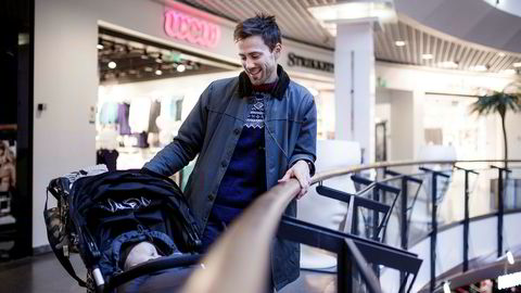 Torbjørn Grønningen (31) og sønnen Vebjørn (åtte måneder) på shoppingsenteret Oslo City. Faren sjekker alltid hvor en vare er billigst, både i Norge og utlandet, og stoler på prisene han får oppgitt.