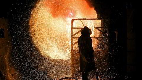 En ansatt i beskyttende drakt jobber med en øseovn på et av smelteverkene til den tyske stålprodusenten Salzgitter. I september falt aktiviteten i tysk industri på nytt.