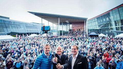 Den 12. mai blir Sigve Brekke ny Telenor-sjef. Han står sammen med avtroppende Telenor-sjef Jon Fredrik Baksaas (til venstre), og daværende styreleder Svein Aaser til høyre og tar en selfie fra scenen med Telenor-ansatte i bakgrunnen. Etter utnevnelsen har flere sjefer måtte går – deriblant Aaser.