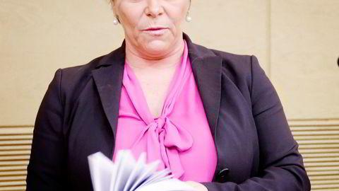 Finansminister Siv Jensen (Frp) fikk tirsdag overlevert utredningen fra skatteutvalget ledet av SSB-sjef Hans Henrik Scheel. Foto: