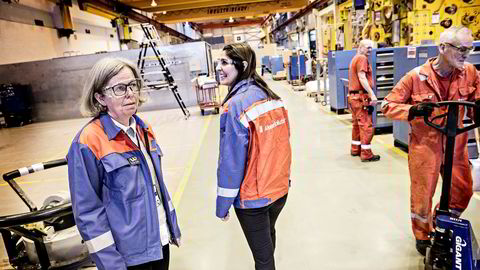 – Det var god stemning her da vi vant kontrakten for levering av 30 juletrær til Johan Castberg-feltet i Barentshavet, sier leder av den norske produksjonsvirksomheten i Aker Solutions Janne Harstad Rasten (til venstre), her sammen med fabrikksjef Parisa Bardouni Aker Solution på Tranby.