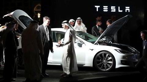 Dubai satser på selvstyrende biler, og har nettopp kjøpt 200 Teslaer som skal bli en del av emiratets taxiflåte. Bildet er fra en seremoni i forbindelse med at Tesla åpnet nytt kontor i Dubai denne uken.