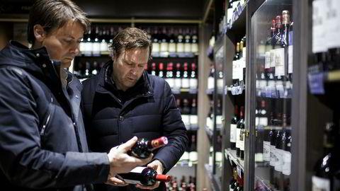 Brødrene Trond og Jørn Rossing handler inn vin fra alle kontinenter til romjulens «Herreaften» på Vinmonopolet på Aker Brygge.