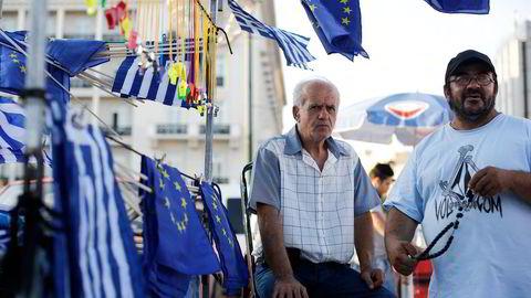 Hellas har en urimelig stor offentlig sektor med et langt haleheng av personer og bedrifter som lever av det offentlige. Her selger en mann EU-flagg i Aten. Foto: Simon Dawson,