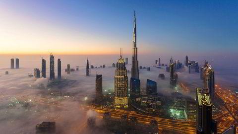 Her letter tåken over Dubai en desembermorgen i 2016. Men investorene sliter fortsatt med en tåkelagt økonomi.