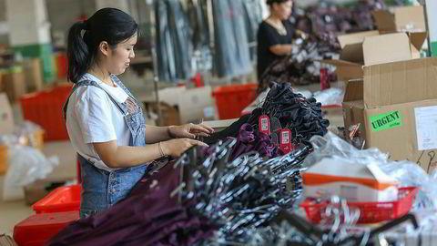 Innkjøpsselskapet Li & Fung karakteriserer situasjonen som «desperat» for kinesiske fabrikker. Ordrer flyttes til Vietnam, hvor fabrikker går for full maskin. Her fra en tekstilfabrikk i Quanzhou.