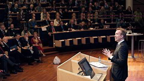 Utenriksminister Børge Brende måtte bruke utestemmen da han talte om mulighetene i Arktis i Tromsø. (Foto: Lars Åke Andersen)