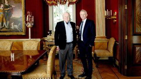 Samme måned som han gikk av i Vimpelcom, fikk Jo Lunder (til høyre) nye lønnsbetingelser i John Fredriksens investeringsvirksomhet. Dette bildet er tatt hjemme hos Fredriksen i London i mai 2015.