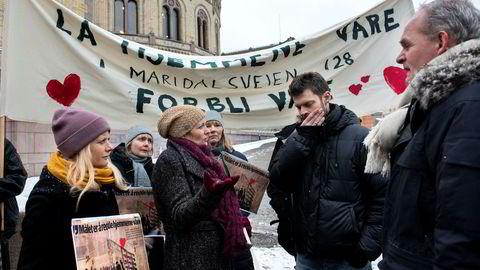 Beboere i Maridalsveien 128 hadde samlet seg foran Stortinget i forbindelse med høring om leiegårdsloven. Fra venstre: Kjerstin Bustnes, Bente Louise Aas, Cathrine Brun, Heidi Thorsteinsen, stortingsrepresentant for Rødt Bjørnar Moxnes og advokat Torkjell Solbø.